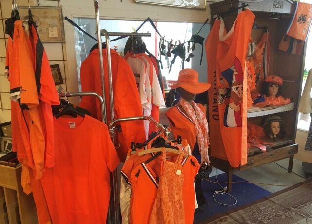 (Wéken) boodschappen doen en sparen voor een juichcape bij de J. buurtsupert? Echt niet! Waarom moeilijk doen als het makkelijk kan? Kom gewoon naar PortAgora voor een ruim en goedkoop oranje aanbod!  #oranje #EK #oranjeattributen #juichen #voetbal #NederlandsElftal #aanvallen #PortAgora #KringloopWarenhuis #kringloop #kringloopwinkel #tweedehands #vooreenprikkie #goedkoop #Tilburg #TilburgCentrum #KoningspleinTilburg #recycle #reuse #thriftshop #socialeprojecten #goededoelen